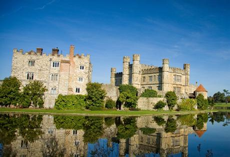 Arundel Castle & Gardens Set high on a hill in West Sussex, this great Castle commands the landscape with magnificent views across the South Downs and River Arun.