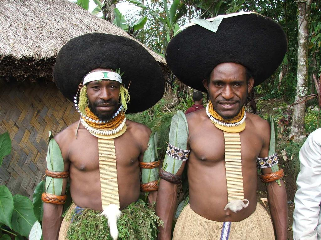TOUR NOTE: The Paiya Sing-sing The Paiya sing-sing is a private performance of cultural groups held at the to Paiyakona (Paiya) village sing-sing ground the Friday before every Mt Hagen Show.