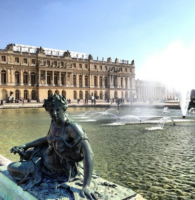 Page 9 of 12 DAY 4 Full-Day tour of Versailles After breakfast at your hotel, you will meet at our agency near the Louvre for your full-day visit of Versailles palace and its splendid gardens.