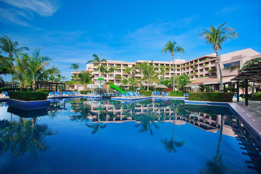 Description Enjoy a completely relaxing stay in the family atmosphere of the Barceló Huatulco Hotel*****, which is located on Tangolunda Bay, one of the nine largest bays in the region that also