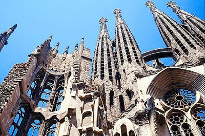 Continue to the city center to Plaza Catalunya and Paseo de Gracia to admire the fascinating eccentricity of Gaudi s architectural masterpieces in Houses Battló and Mila and the Sagrada Familia