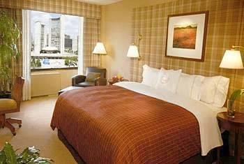 Accommodation in Toronto: Hotels TORONTO THE TOWN INN SUITES Location: Located in the heart of the city, one block away from Yonge Street and the Bloor and Yorkville shopping district, only one