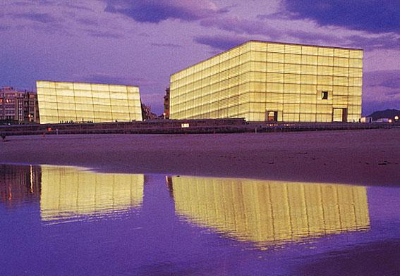 The Kursaal lies on a corner of Zurriola Beach, Moneo found his inspiration for the design of the complex in the large,