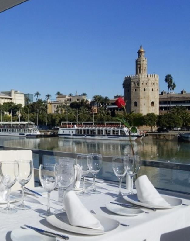 Rio Grande Restaurant is a popular summer-terrace restaurant placed at the banks of the Guadalquivir River and located in Triana