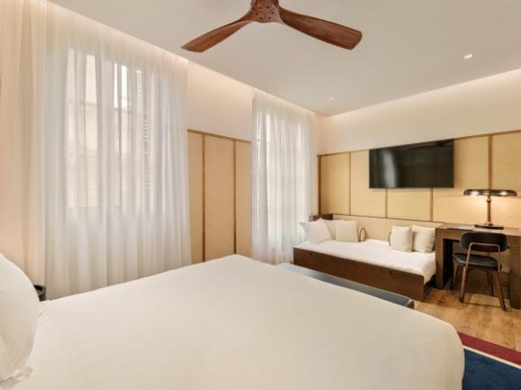 CATHEDRAL Deluxe Doubles: Spacious 32 m² rooms with sofa bed and views of the hotel atrium.