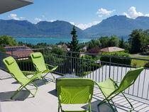 com ANNECY HOME 4**** HHHH New: Annecy Home****, a unique and extremely comfortable place to stay. This cosy nest of 100 m2 offers a breathtaking view of the lake, for a night or a week. 6 pers.