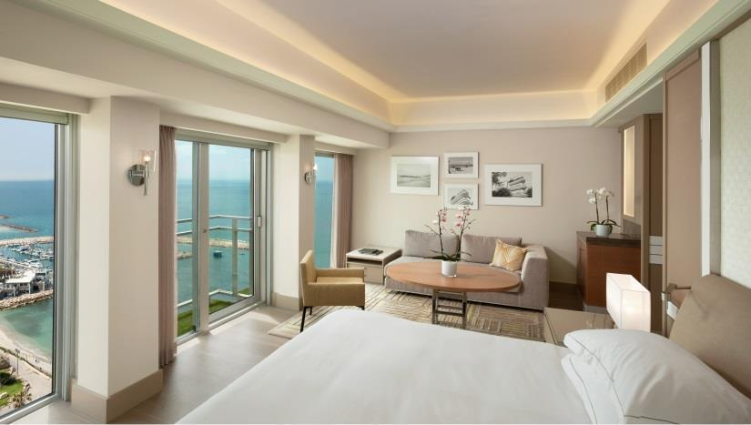 DELUXE ROOMS Located on the 3 rd - 10 th floors, offering amazing sea views from private balconies, work areas and marble bathrooms with Ahava amenities.