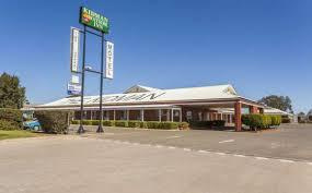 Accommodation Guide Motels * Exies Bagtown Motel 2-4 Blumer Ave 02 6962 7166 3 1/2 star * Citrus Motel 71-73 Jondaryan Ave 02 6962 6233 3 1/2 star Econo Lodge Griffith Motor Inn 96 Banna Ave 02 6962