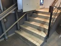 There is a/are handrail(s) at the step(s). The handrail(s) is/are on the right going up. Handrails are at the recommended height (90cm-100cm).